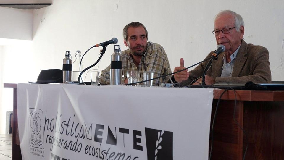 Gustavo Alés y Allan Savory durante su conferencia en Retamal de Llerena